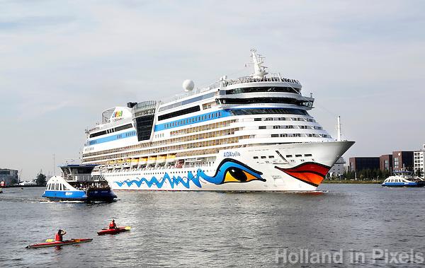 Nederand Amsterdam. Cruisschip AIDAbella in het IJ