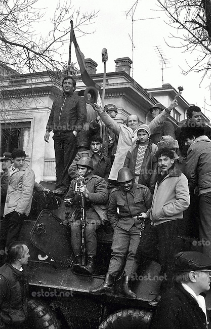 ROMANIA, Calea Dorobanti, Bucharest, 22.12.1989...People and soldiers on a tank near the television on Dorobanti boulevard..© Andrei Pandele / EST&OST