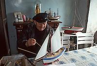 Europe/France/Bretagne/29/Finistère/Ile d'Ouessant: Louis Masson, retraité de la Marine, construisant des maquettes - Marin breton à la retraite [Non destiné à un usage publicitaire - Not intended for an advertising use]