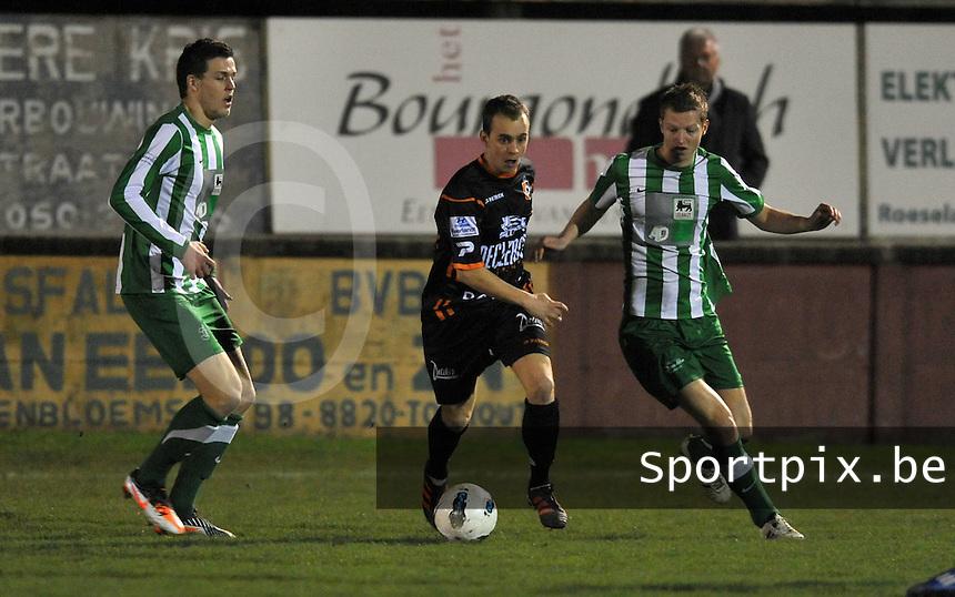 Torhout KM - SK Deinze : Matthias Feys probeert zich een weg te banen tussen Mathias Dekeyser (rechts) en Ruben Pyck (links).foto VDB / Bart Vandenbroucke