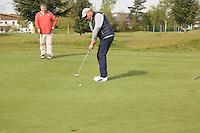 B&uuml;ttelborn 30.04.2016: 7. Charity Golf Turnier f&uuml;r die Dt. Krebshilfe, Golfpark Bachgrund<br /> Harry Christ aus Darmstadt beim Putten, Uwe M&uuml;ller sieht zu<br /> Foto: Vollformat/Marc Sch&uuml;ler, Sch&auml;fergasse 5, 65428 R'eim, Fon 0151/11654988, Bankverbindung KSKGG BLZ. 50852553 , KTO. 16003352. Alle Honorare zzgl. 7% MwSt.