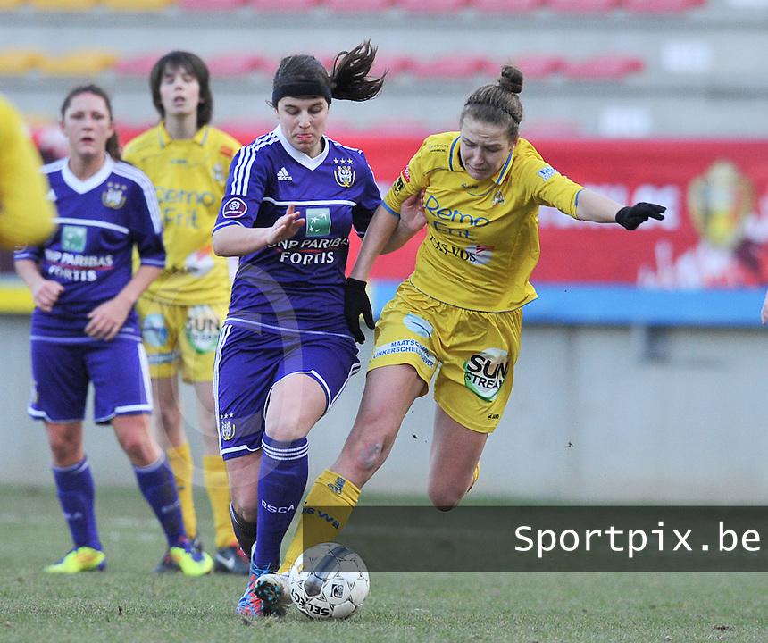 Waasland Beveren Sinaai Girls - RSC Anderlecht : duel tussen Laura De Neve (midden) en Marjolein De Donder (r).foto DAVID CATRY / Nikonpro.be