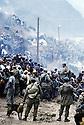 Irak 1991<br /> Les r&eacute;fugi&eacute;s kurdes sur la fronti&egrave;re: controle par l'arm&eacute;e turque avec des chiens<br /> Iraq 19991<br /> Kurdish refugees on the border: soldiers and a dog facing the crowd
