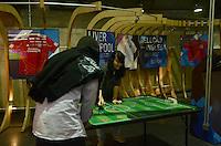 SAO PAULO, SP, 28 DE MAIO DE 2012 - EXPOSICAO UNIVERSO ESPORTIVO BRITANICO - Exposicao sobre futebol britanico, na manha desta segunda feira, na estacao paiso do metro. A exposicao acontece desde a ultima sexta feira (25) ate o dia 30 de maio nas estações de Metrô Corinthians-Itaquera, Luz, Paraíso e São Bento, e faz parte de uma serie de eventos do 16 Festival de Cultura Inlgesa na capital. FOTO: ALEXANDRE MOREIRA - BRAZIL PHOTO PRESS