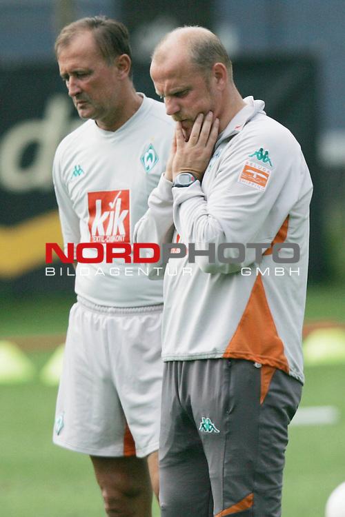 FBL 2005/2006 - Training Werder Bremen<br /> <br /> Ein nachdenklicher Trainer Thomas Schaaf (rechts) mit Torwart Trainer Dieter Burdenski (links).<br /> <br /> Foto &copy; nordphoto <br /> <br />  *** Local Caption *** Foto ist honorarpflichtig! zzgl. gesetzl. MwSt.<br /> Belegexemplar erforderlich<br /> Adresse: nordphoto<br /> Georg-Reinke-Strasse 1<br /> 49377 Vechta