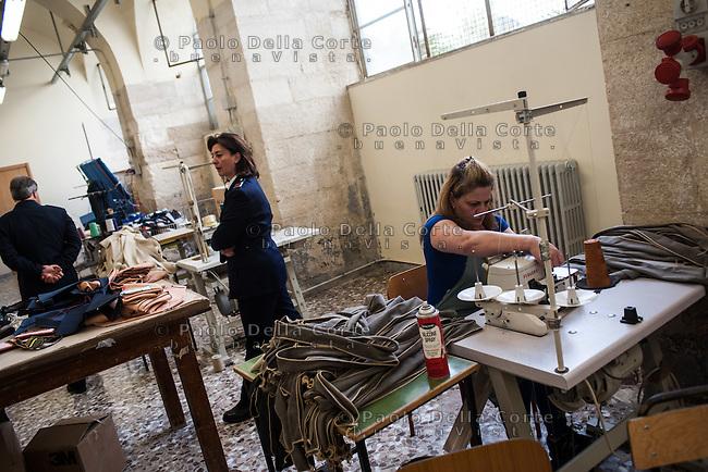 """Trani - Carcere femminile. La sartoria dove le detenute lavorano al marchio """"Made in Carcere"""". Detenute al lavoro."""