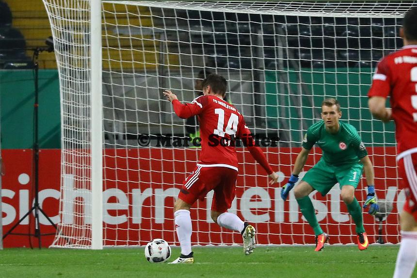 Stefan Lex (FC Ingolstadt 04) gegen Torwart Lukas Hradecky (Eintracht Frankfurt) - 25.10.2016: Eintracht Frankfurt vs. FC Ingolstadt 04, 2. Hauptrunde DFB-Pokal, Commerzbank Arena