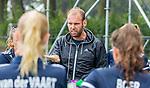 BLOEMENDAAL - coach Daan Sabel (Pinoke)   tijdens de oefenwedstrijd  dames  Bloemendaal-Pinoke.  COPYRIGHT KOEN SUYK
