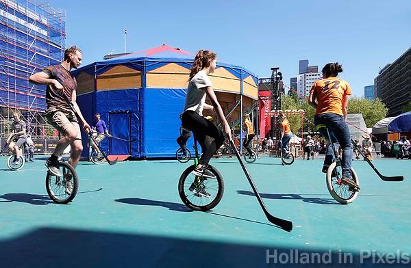 Nederland Rotterdam 2018. Rotterdam Circusstad op het Schouwburgplein. Hockey op eenwielers.  Foto Berlinda van Dam / Hollandse Hoogte