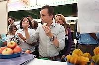 SAO PAULO, SP, 16 DE AGOSTO DE 2012. CAMPANHA CELSO RUSSOMANNO.  O candidato a prefeitura pelo PRB, Celso Russomanno, durante visita a feira livre na Rua Aimbere  em Perdizes na Zona Oeste da capital paulista na manhã desta quinta feira.  FOTO ADRIANA SPACA - BRAZIL PHOTO PRESS