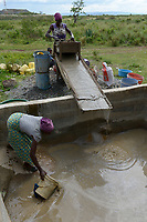 TANZANIA, Tarime District, village Nyakunguru infront of Acacia Gold Mine, people in the village do small scale gold mining and washing / kleingewerbliche Goldwaescher bei der Arbeit