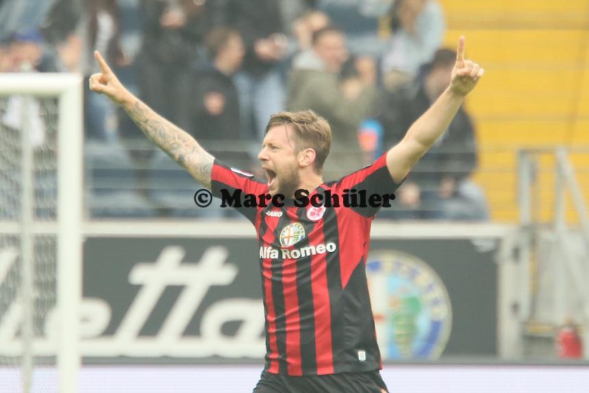 Marco Russ (Eintracht) jubelt ueber das 2:0 von Alex Meier - Eintracht Frankfurt vs. 1. FSV Mainz 05