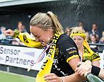 DEN BOSCH - Maartje Paumen (Den Bosch) , die haar laatste wedstrijd voor haar club speelde, met  Margot van Geffen ,  na  de finale van de EuroHockey Club Cup, Den Bosch-UHC Hamburg (2-1) . ANP KOEN SUYK