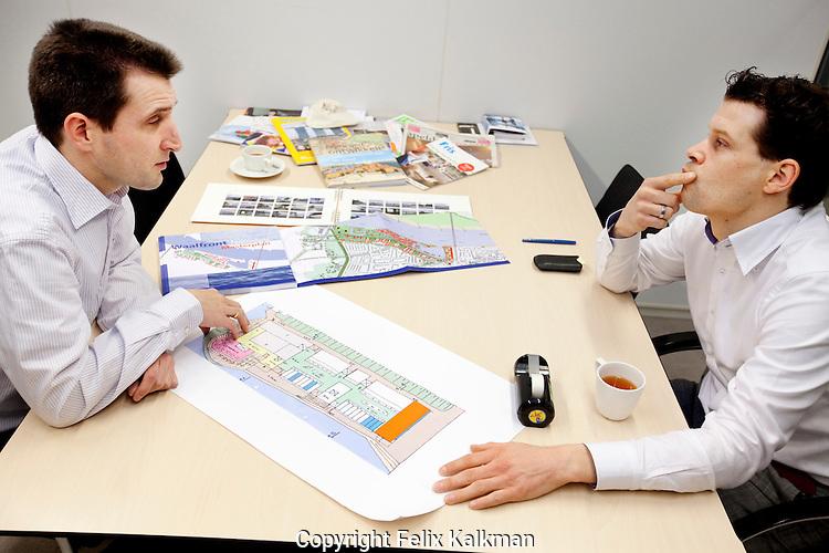 Amersfoort, 12 januari 2011.Bouwfonds.Arjen Kleijer.Projectmanager Regio Midden.Overleg met René Steman (links) over Waalfront Nijmegen..Foto Felix Kalkman