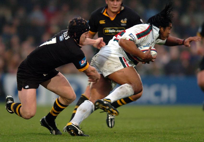 Photo. Henry Browne..London Wasps v Leicester Tigers. Zurich Premiership. 21/11/2004..Tom Rees tries to tackle Henry Tuilagi...
