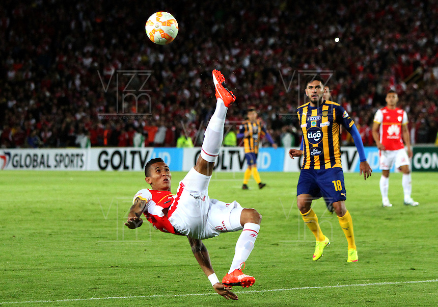 BOGOTÁ -COLOMBIA, 25-11-2015. Francisco Meza (Izq) jugador del Independiente Santa Fe de Colombia disputa el balón con Jorge Ortega (Der) jugador del Sportivo Luqueño del Paraguay   durante partido por la semifinal F 1 de la Copa Sudamericana  2015 jugado en el estadio Nemesio Camacho El Campín de la ciudad de Bogotá./ Francisco Meza (L) player of Independiente Santa Fe of Colombia  fights for the ball with Jorge Ortega  (R) player of  Sportivo Luqueno of Paraguay during the match for the Copa Sudamericana semifinal F 1- 2015 played at Nemesio Camacho El Campin stadium in Bogotá city. Photo: VizzorImage/ Felipe Caicedo  / Staff