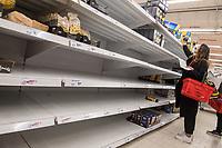 Aufgrund des Corona-Virus wurden in Supermaerkten die Vorraete an Nudeln, Reis, Klopapier und Brotartikeln leergekauft.<br /> Im Bild: Ein leergekauftes Nudelregal in einem Berliner Supermarkt.<br /> 14.3.2020, Berlin<br /> Copyright: Christian-Ditsch.de<br /> [NUR FUER REDAKTIONELLE ZWECKE! Werbung nur auf Anfrage beim Fotografen. Inhaltsveraendernde Manipulation des Fotos nur nach ausdruecklicher Genehmigung des Fotografen. Vereinbarungen ueber Abtretung von Persoenlichkeitsrechten/Model Release der abgebildeten Person/Personen liegen nicht vor. NO MODEL RELEASE! Don't publish without copyright Christian-Ditsch.de, Veroeffentlichung nur mit Fotografennennung, sowie gegen Honorar, MwSt. und Beleg. Konto: I N G - D i B a, IBAN DE58500105175400192269, BIC INGDDEFFXXX, Kontakt: post@christian-ditsch.de<br /> Bei der Bearbeitung der Dateiinformationen darf die Urheberkennzeichnung in den EXIF- und  IPTC-Daten nicht entfernt werden, diese sind in digitalen Medien nach §95c UrhG rechtlich geschuetzt. Der Urhebervermerk wird gemaess §13 UrhG verlangt.]