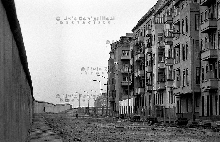 BERLINO EST / DDR / GERMANIA EST / 10 NOVEMBRE 1989.IL MURO VISTO DALLA PARTE DI BERLINO EST..FOTO LIVIO SENIGALLIESI..EAST BERLIN / DDR / EAST GERMANY / 10 NOVEMBER 1989.VIEW OF THE WALL FROM EAST BERLIN SIDE..PHOTO LIVIO SENIGALLIESI