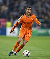 FUSSBALL   CHAMPIONS LEAGUE   SAISON 2013/2014   Vorrunde   Juventus Turin - Real Madrid     05.11.2013 Cristiano Ronaldo (Real Madrid) am Ball