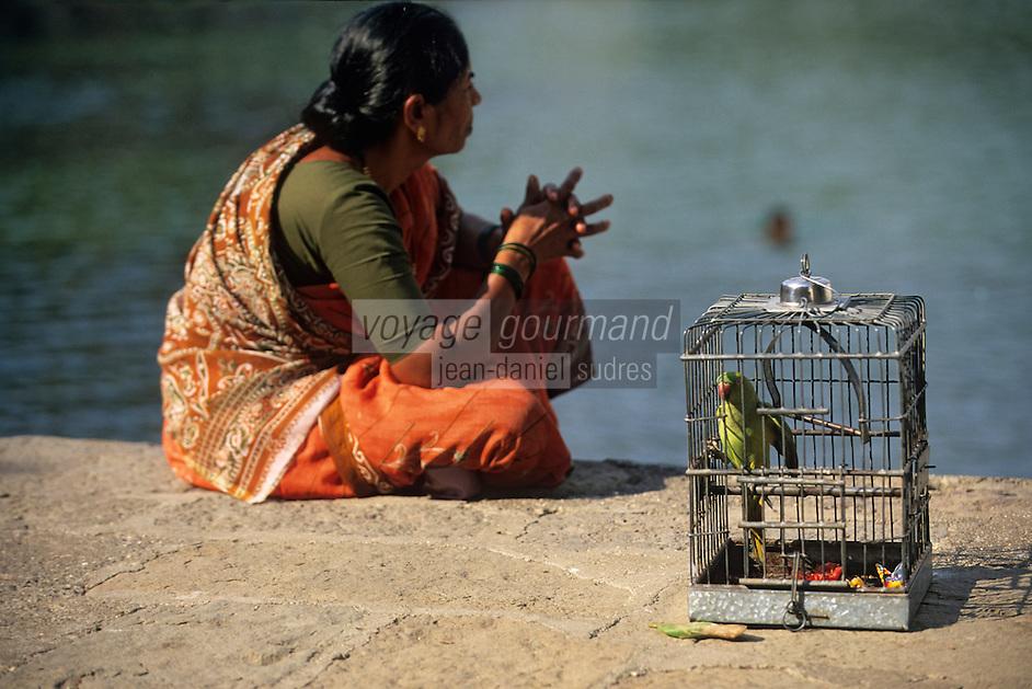 """Asie/Inde/Maharashtra/Bombay: Femme et oiseau en cage près de """"Bangaga Temple"""""""