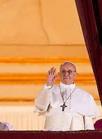 Il nuovo Papa Francesco saluta i fedeli dalla Loggia centrale della Basilica di San Pietro, Citta' del Vaticano, 13 marzo 2013. Il cardinale argentino Jorge Mario Bergoglio, che ha scelto il nome di Papa Francesco, e' il 266esimo Pontefice della Chiesa Cattolica Romana eletto dai 115 cardinali del Conclave.<br /> Newly elected Pope Francis greets the crowd from the central balcony of St. Peter's Basilica at the Vatican, 13 March 2013. Argentine Cardinal Jorge Mario Bergoglio, who chose the name of Pope Francis, is the 266th pontiff of the Roman Catholic Church elected by a Conclave of 115 cardinals. <br /> UPDATE IMAGES PRESS/Riccardo De Luca<br /> STRICTLY ONLY FOR EDITORIAL USE