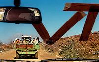 KOSOVO -  31 MARZO 1999.PROFUGHI KOSOVARI DI ETNIA ALBANESE IN FUGA VERSO L'ALBANIA..FOTO LIVIO SENIGALLIESI...KOSOVO - 31 MARCH 1999.ETHNIC ALBANIANS IDP'S ON THE ROAD TO ALBANIA..PHOTO LIVIO SENIGALLIESI