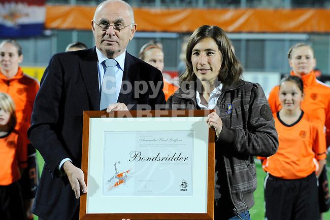 ZWOLLE - Voetbal,  Nederland - Engeland,  EK kwalificatie 2013 vrouwen, 27-10-2011 Annemiek Kiesel-Griffien wordt bondsridder en krijgt de speld van voorzitter van Praag. Ze speelde 156 interlands..