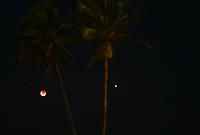IPOJUCA,PE ,27,07.2018  - ECLIPSE -LUNAR - Eclipse Lunar visto na praia de Porto de Galinha em Pernambuco nesta sexta-feira,27 . (Foto: Jean Nunes/Brazil Photo Press)