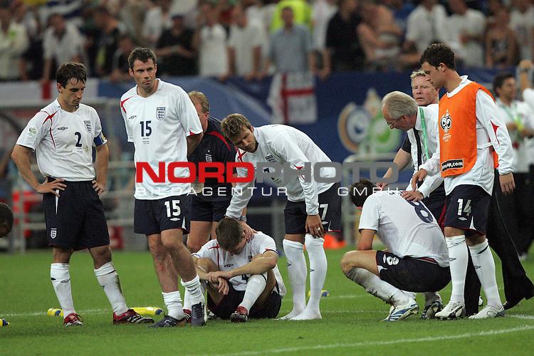 FIFA WM 2006 -  Quarter Finals / Viertelfinale<br /> Play   #59  (30-Jun) - England - Portugal<br /> <br /> David Beckham (Mitte) von England tr&ouml;stet seine Mitspieler. England verlor das Elfmeterschiessen gegen Portugal.<br /> <br /> Foto &copy; nordphoto