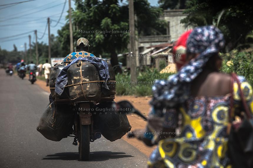 Traffico illegale benzina dalla Nigeria al Benin Trasporto con motociclette e bidoni gonfiati
