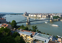 HUN, Ungarn, Budapest, Blick vom Budaer Burgberg ueber Donauufer und Kettenbruecke zum Parlament, UNESCO Weltkulturerbe | HUN, Hungary, Budapest, view from Castle District across Danube embankment and Chain Bridge towards Parliament, UNESCO World Heritage