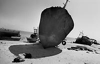 Beira / Mozambique 1993.Fishermen and abandoned ships destroyed during the civil war on the beach of Beira (region of Sofala) - Pescatori e navi abbandonate distrutte durante la guerra civile sulla spiaggia di Beira (regione di Sofala)..Photo Livio Senigalliesi