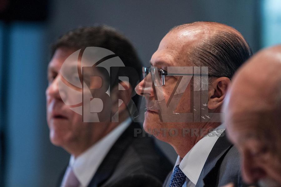 SÃO PAULO, SP - 30.09.2013: CERIMÔNIA DE POSSE E PRIMEIRA REUNIÃO DE TRABALHO DO CONSELHO SUPERIOR DE GESTÃO EM SAÚDE DO ESTADO DE SP - O Secretário da Saúde David Uip e Governador de São Paulo, Geraldo Alckmin durante a Cerimônia de posse e primeira reunião de trabalho do Conselho Superior de Gestão em Saúde do Estado de SP, que ocorre no Palácio dos Bandeirantes, bairro do Morumbi região Sul de São Paulo nesta segunda-feira (30). (Foto: Marcelo Brammer/Brazil Photo Press)