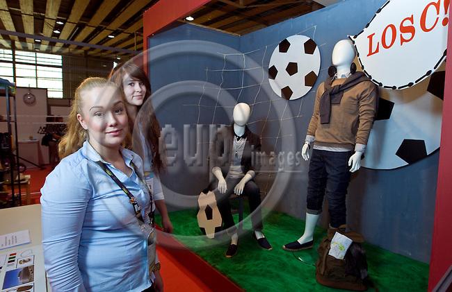 Lille - France- 04 October 2014 --  Euroskills 2014 competition. -- Team Finland - Mirva Turkulainen (vas.) and Aino Huupponen, laji 44: visuaalinen markkinointi / Visual Merchandising. -- PHOTO: SkillsFinland / Juha ROININEN - EUP-IMAGES