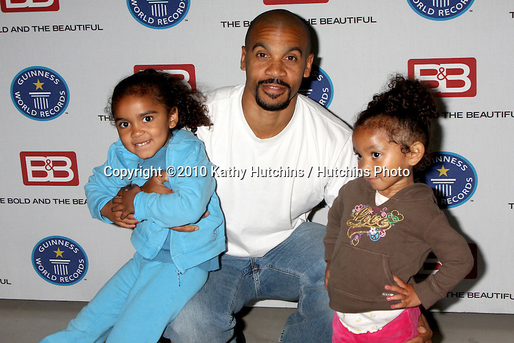 """Aaron D. Spears & Daughters.Guinness World Records®  presents THE BOLD AND THE BEAUTIFUL with the certification as the  """"Most Popular Daytime TV Soap - Current..Bold & Beautiful Set, Stage 31, CBS Televsion CIty.Los Angeles, CA.May 18, 2010.©2010 Kathy Hutchins / Hutchins Photo.."""