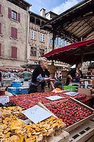 France, Midi-Pyrénées, Lot (46), Figeac: Jour de marché, place de la halle // France, Midi Pyrenees, Lot),  Figeac: Market day, the hall place