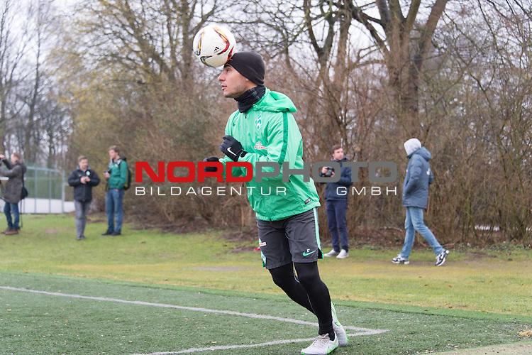 25.03.2016, Trainingsgelaende, Bremen, GER, 1.FBL, Training Werder Bremen<br /> <br /> im Bild<br /> &Ouml;zkan / Oezkan Yildirim (Bremen #17) mit Kopfball, <br /> <br /> Foto &copy; nordphoto / Ewert