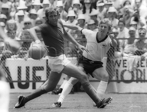 1970 World Cup Finals Mexico: German Juergen Grabowski (r) gets a cross in against English defender Keith Newton in their game on 16.06.1970 in Leon, Mexico. Germany went on to win the game by a score of 3-2 in extra time.