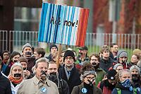 """Mit einer Schweigedemonstration der """"Scientists for Future"""" protestierten Wissenschaftler unter dem Motto """"Es wurde alles gesagt! Jetzt Handeln!"""" am Freitag den 15. November 2019 vor dem Bundeskanzleramt gegen die Klimapolitik der Bundesregierung. """"Uns - Wissenschaftlerinnen und Wissenschaftler - macht das Regierungsversagen sprachlos. Seit Jahren weisen wir auf die hohen Risiken der Klimakrise hin. Wir werden in Gremien und Kommissionen eingeladen – aber unsere Erkenntnisse werden ignoriert. Wir haben alles gesagt - jetzt muss gehandelt werden!"""" so die Organisatoren des stillen Protests.<br /> Unterstuetzt wurden die Wissenschaftler durch eine Demonstration von Schuelern der """"Fridays for Future""""-Bewegung.<br /> Im Bild: Professor Volker Quaschning. Er ist Ingenieurwissenschaftler und Professor fuer Regenerative Energiesysteme an der Hochschule fuer Technik und Wirtschaft in Berlin.<br /> 15.11.2019, Berlin<br /> Copyright: Christian-Ditsch.de<br /> [Inhaltsveraendernde Manipulation des Fotos nur nach ausdruecklicher Genehmigung des Fotografen. Vereinbarungen ueber Abtretung von Persoenlichkeitsrechten/Model Release der abgebildeten Person/Personen liegen nicht vor. NO MODEL RELEASE! Nur fuer Redaktionelle Zwecke. Don't publish without copyright Christian-Ditsch.de, Veroeffentlichung nur mit Fotografennennung, sowie gegen Honorar, MwSt. und Beleg. Konto: I N G - D i B a, IBAN DE58500105175400192269, BIC INGDDEFFXXX, Kontakt: post@christian-ditsch.de<br /> Bei der Bearbeitung der Dateiinformationen darf die Urheberkennzeichnung in den EXIF- und  IPTC-Daten nicht entfernt werden, diese sind in digitalen Medien nach §95c UrhG rechtlich geschuetzt. Der Urhebervermerk wird gemaess §13 UrhG verlangt.]"""
