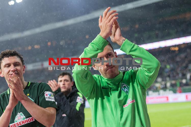 19.11.2017, Weser Stadion, Bremen, GER, 1.FBL, Werder Bremen vs Hannover 96, im Bild<br /> Matchwinner Max Kruse (Werder Bremen #10) mit der Mannschaft bedankt sich bei den Fans <br /> <br /> Foto &copy; nordphoto / Kokenge