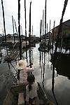 Lac de Tonle Sap. Village de Kompong Phhluk avec ses maisons batis sur des pilotis de 6 à 8 m de haut. Remontée du Mékong. Cambodge.Mekong river. Lao Cambodia