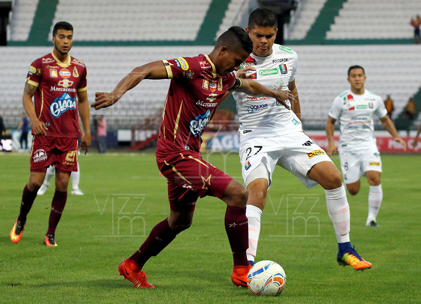 MANIZALES - COLOMBIA, 17-08-2017: Edder Farias (Der) de Once Caldas disputa el balón con Fainer Torijano (Izq) de Deportes Tolima por la fecha 8 de Liga Águila II 2017 jugado en el estadio Palogrande de la ciudad de Manizales. / Edder Farias (R) player of Once Caldas fights for the ball with Fainer Torijano (L) player of Deportes Tolima during match for the date 8 of the Aguila League II 2017 played at Palogrande stadium in Manizales city. Photo: VizzorImage / Santiago Osorio / Cont
