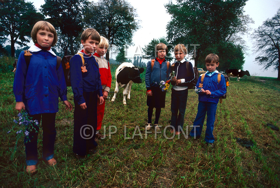 Poland, September, 1981 - The children of farmers return home from school in the Torun region.<br /> Pologne, septembre 1981 &ndash; Des jeunes enfants de fermiers du coin rentrent de l&rsquo;&eacute;cole.