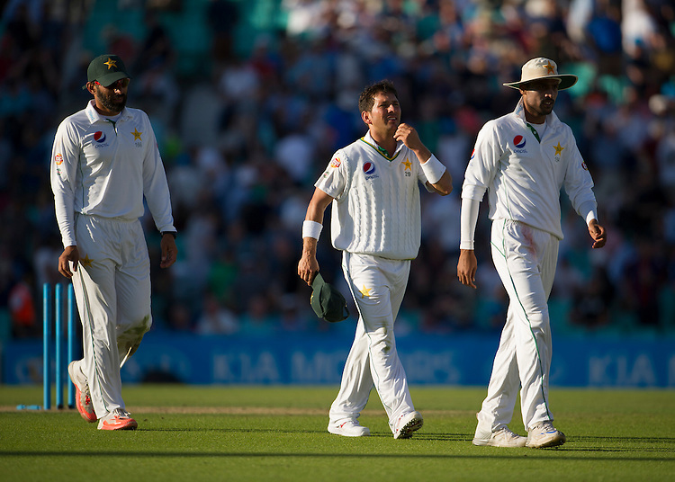 Pakistan's Yasir Shah (middle) happy at stumps as he takes 3-15 in Englands 2nd innings<br /> <br /> Photographer Ashley Western/CameraSport<br /> <br /> International Cricket - 4th Investec Test - England v Pakistan - Day 3 - Saturday 13th August 2016 - The Oval - London<br /> <br /> World Copyright &copy; 2016 CameraSport. All rights reserved. 43 Linden Ave. Countesthorpe. Leicester. England. LE8 5PG - Tel: +44 (0) 116 277 4147 - admin@camerasport.com - www.camerasport.com