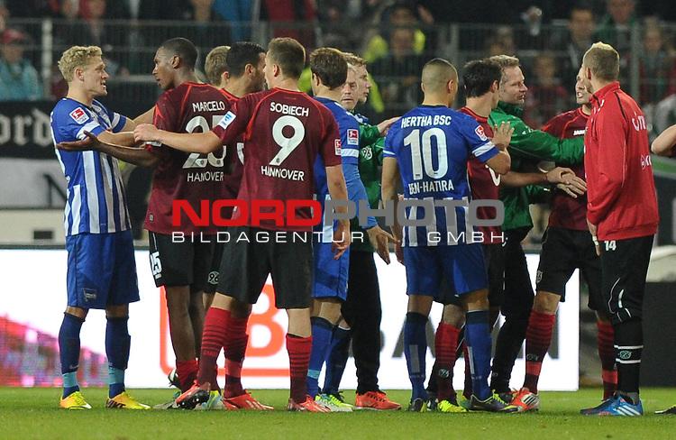 04.10.2013, HDI Arena, Hannover, GER, 1.FBL, Hannover 96 vs Hertha BSC, im Bild Diskussionen nach dem Spiel<br /> <br /> Foto &copy; nph / Frisch