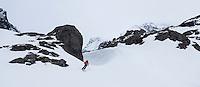 Dame kjører på ski ned mot Søndre Tverrfjorddalen i Loppa. ---- Woman skiing in Søndre Tverrfjorddalen in Loppa.