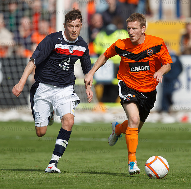 Michael Gardyne (R) gets away from Nicky Riley of Dundee