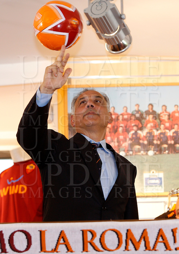 Calcio: il presidente della Roma James Pallotta incontra i tifosi al Roma Store di piazza Colonna in occasione della presentazione del nuovo logo del club, a Roma, 22 maggio 2013..Italy Football: AS Roma president James Pallotta meets fans at a club's store in occasion of the presentation of the updated brand, in Rome, 22 May 2013..UPDATE IMAGES PRESS/Riccardo De Luca