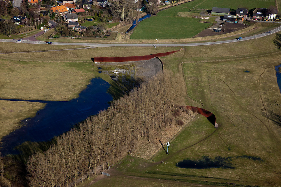 Nederland, Gelderland, Gelderse Poort, 07-03-2010; detail 'groene rivier': de overlaat bij Pannerden bestaande uit een stenen drempel van basaltblokken tussen twee damwanden. Bij hoogwater treedt de overlaat in werking en zal water ook gaan stromen in het gebied naast het kanaal. .Detail 'Green River', the spillway consisting of threshold made of basalt blocks between two steel walls. At highwater the spillway will lead the water of the river Rhine to the land next to the canal.luchtfoto (toeslag), aerial photo (additional fee required).foto/photo Siebe Swart