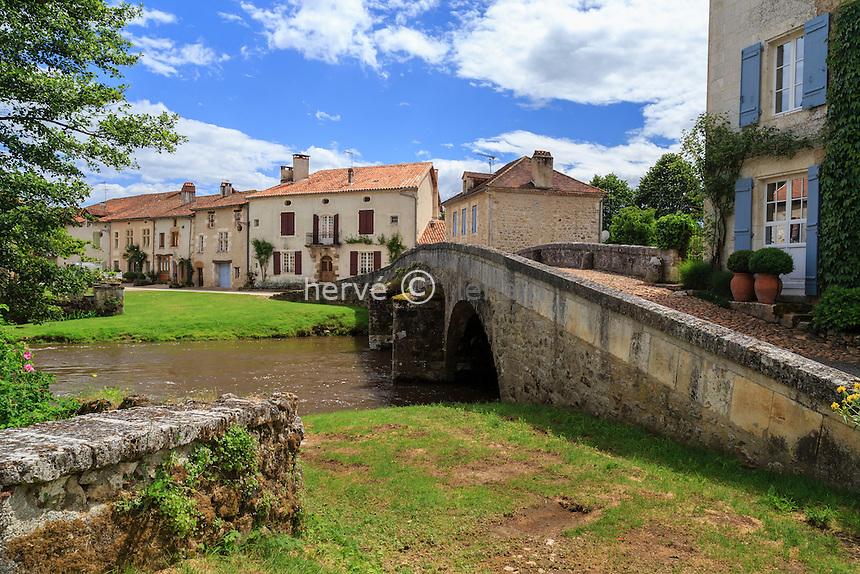 France, Dordogne (24), Saint-Jean-de-Côle, labellisé Les Plus Beaux Villages de France, le village et le  pont médiéval sur la Côle